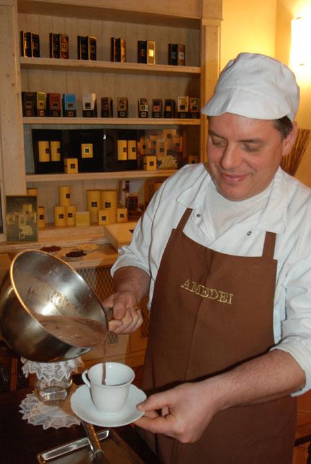 Giovanni bereitet köstliche heiße Schokolade zu