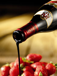 Aceto Balsamico auf Erdbeeren