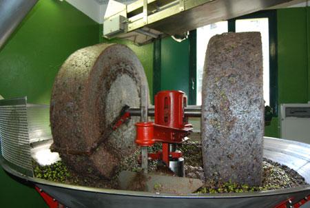 Granitmahlsteine mit erntefrischen Oliven