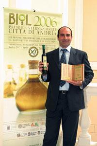 Amerigo Quattrociocchi mit einer Flasche Olio Extra Vergine Quattrociocchi