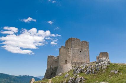 nur eine der vielen Burgen der Abruzzen