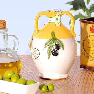 Olivenöl in einer schönen Tonamphore.