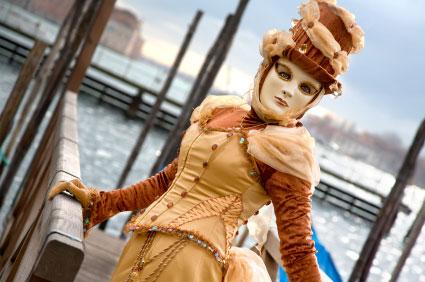 Eine Dame mit Karnevalsmaske in Venedig.