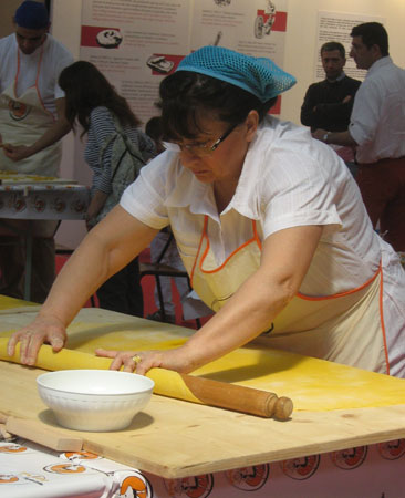 Kursteilnehmerin Anna rollt den Teig aus