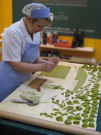 Giulia formt grüne Pasta