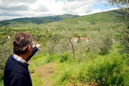 Giancarlo zeigt seine Olivenhaine