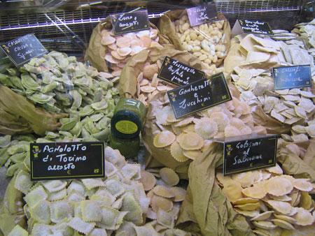handgemachte Pasta auf einem Markt in Süditalien