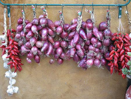 Überall hängen Zwiebeln und Chili zum Trocknen