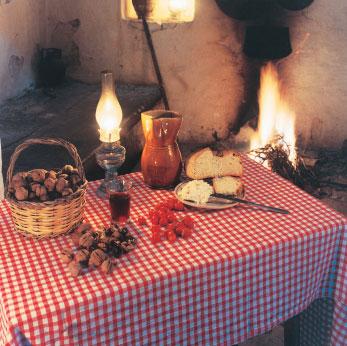 Ländlicher Tisch mit Walnüssen
