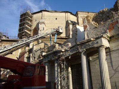 Ein zerstörtes Verwaltungsgebäude