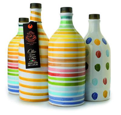 Olivenöl in bunten Keramikflaschen