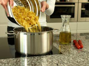 Pasta abgießen