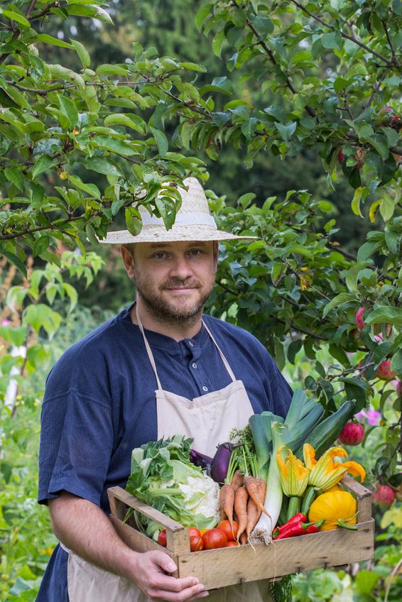Ein Bauer mit reicher Gemüseernte