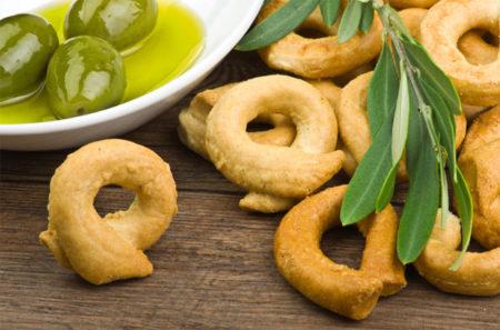 Taralli als Antipasto mit Oliven