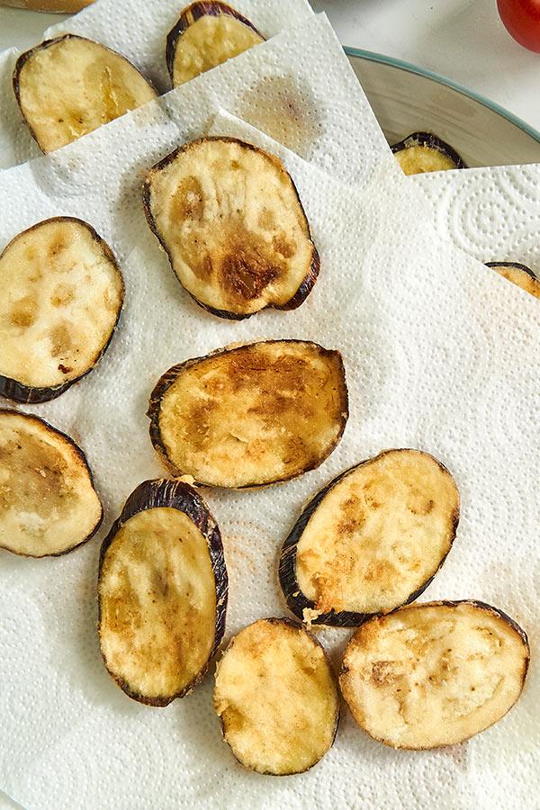 Auberginen für Parmigiana frittieren