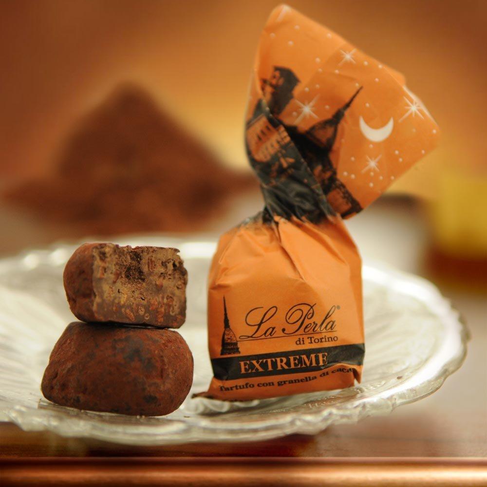 Dunkle Trüffelpraline mit Kakaosplittern