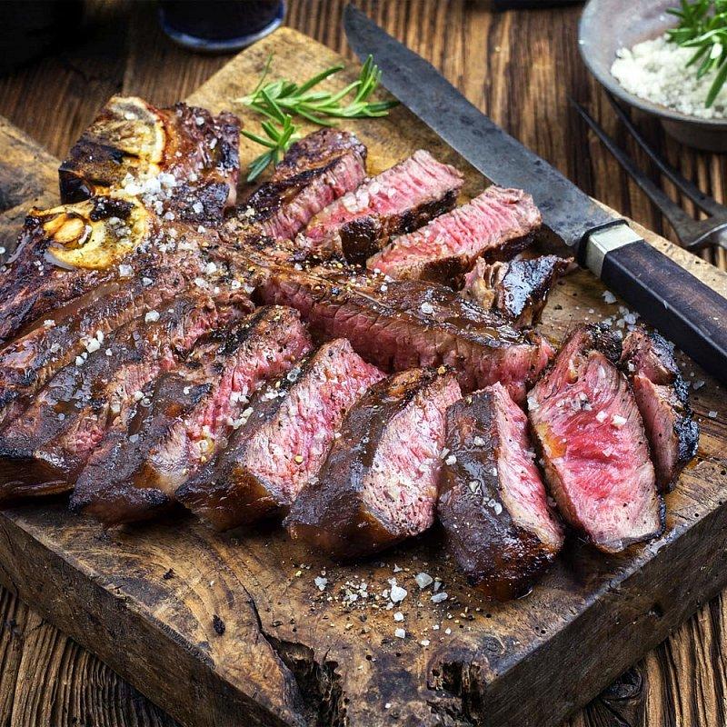 Artikel klicken und genauer betrachten! - Dieses opulente T-Bone Steak, mit Roastbeef- und Filet-Anteil, ist der Genuss-Höhepunkt Ihres Festessens! Außen kross gebraten, innen rosa, saftig und zart, zergeht diese Rarität butterweich in Ihrem Mund und hinterlässt seine kraftvollen Aromen. Das Prachtstück der Toskana wird zwei Wochen abgehangen und mit einem dicken Rosmarinzweig verfeinert! | im Online Shop kaufen