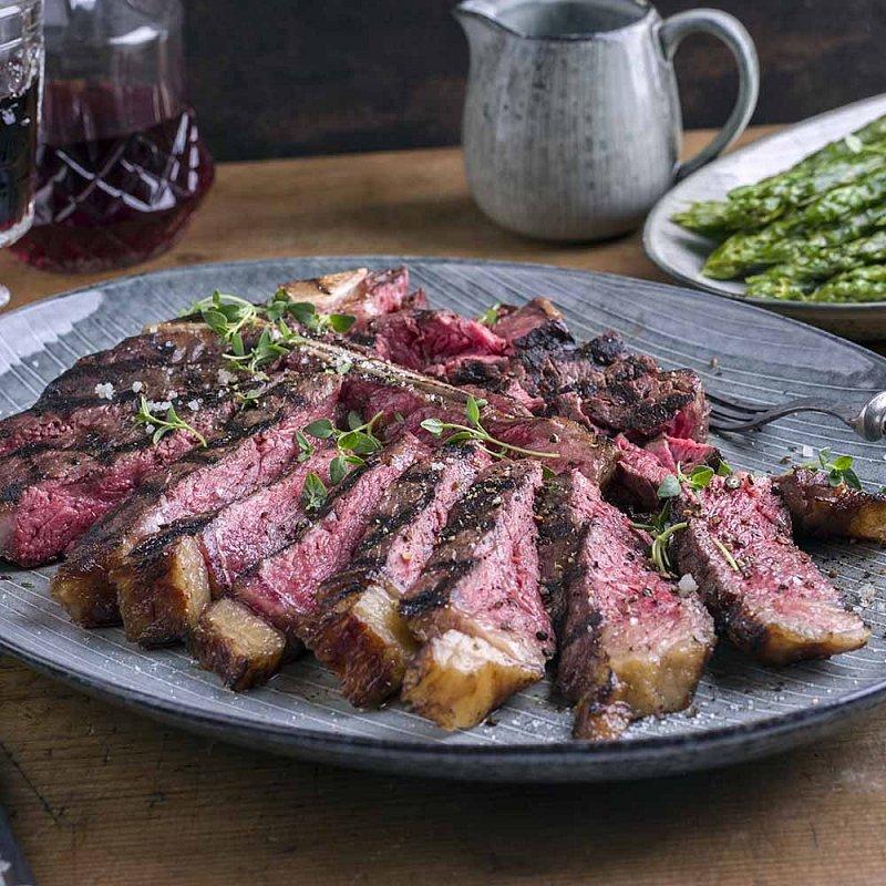 Artikel klicken und genauer betrachten! - Ein Bistecca vom Chianina-Bullen zelebriert man! Das T-Bone-Steak der ältesten und größten Rinderrasse der Welt ist toskanisches Kulturgut. In der ehrwürdigen Macelleria Falorni wird das imposante Steak mit magerem Roastbeef-Anteil perfekt abgehangen. Nur so wird es so unglaublich zart und saftig. | im Online Shop kaufen