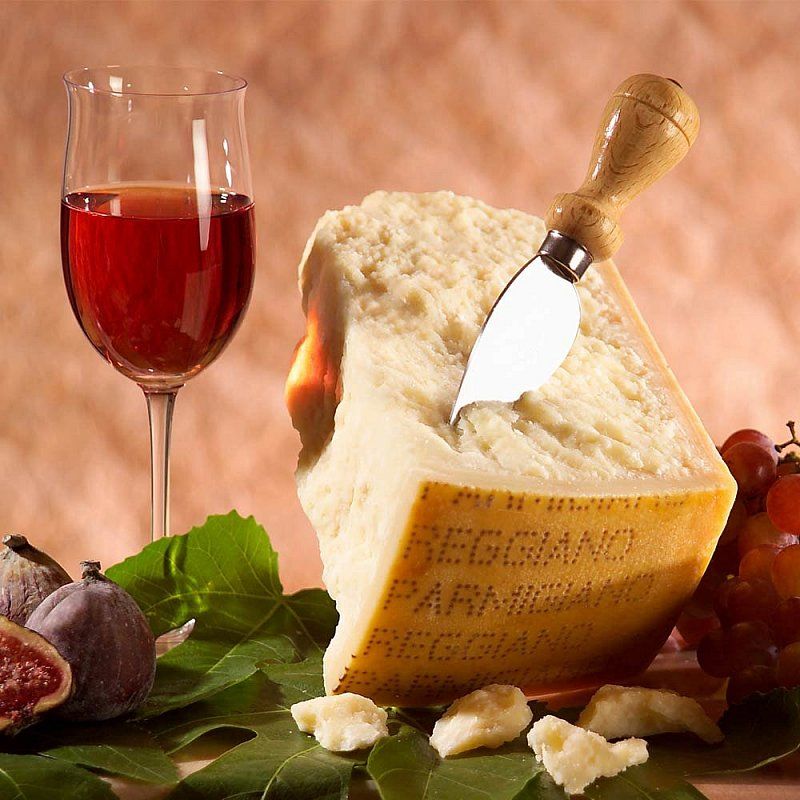 Artikel klicken und genauer betrachten! - Der körnige König der Käse kommt in einer edlen Geschenkverpackung: Dieser echte Parmigiano Reggiano ist mit seiner Reifezeit von 36 Monaten, seinem einzigartigen Geschmack und dem intensiven Aroma eine echte Rarität.   im Online Shop kaufen