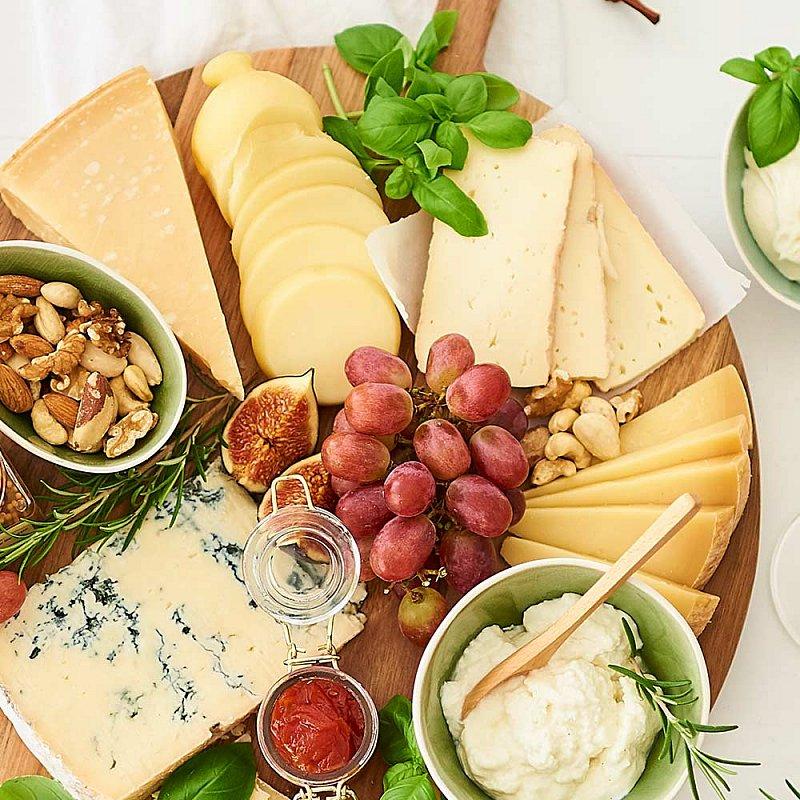 Artikel klicken und genauer betrachten! - Eine grandiose Käseplatte statt Dessert? Würziger Gorgonzola, weicher Taleggio oder wundervoller Scamorza & Co: Mit den italienischen Käse-Klassikern servieren Sie ein Spektakel der Konsistenzen, der Gerüche und Aromen! | im Online Shop kaufen