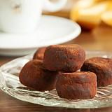 Dunkle Trüffelpralinen mit Kakaosplittern